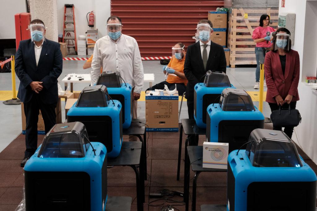 Representantes de la Fundación La Caja de Canarias y Bankia con las impresoras 3D donadas
